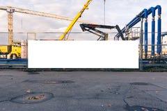 建造场所进行中空白的横幅门闭合的设备Wh 图库摄影