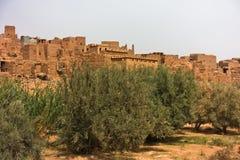 建造的巴巴里人村庄是Casbah样式在中间地图集的,摩洛哥托德拉峡谷附近 免版税库存照片