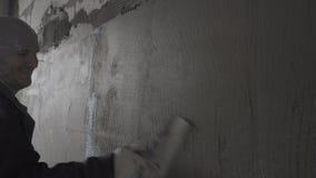 建造者与油灰排列在栅格的表面 股票视频