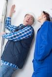 建造者和具体管子在建造场所 免版税图库摄影