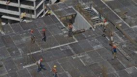 建造者在未完成的修造的工地工作上把平板模板放 股票视频