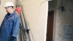 建造者毁坏在墙壁上的膏药 股票视频