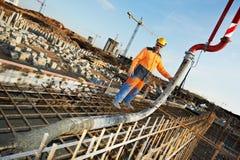 建造者混凝土倾吐的工作工作者 库存图片