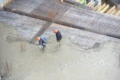 建造者混凝土倾吐的工作工作者 免版税库存照片