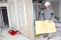 建造者运载的绝缘材料墙壁 免版税库存照片