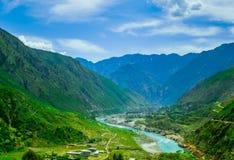 离开与河的山的鸟瞰图 免版税库存图片