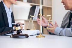 开与队的会议在律师事务所,在fem之间的咨询 免版税图库摄影