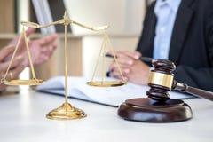 开与队的会议在律师事务所,在fem之间的咨询 免版税库存图片