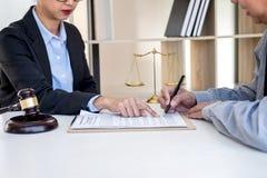 开与队的会议在律师事务所,在fem之间的咨询 免版税库存照片