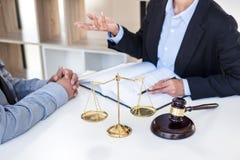 开与队的会议在律师事务所,在fem之间的咨询 库存照片