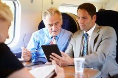 开两个的商人关于火车的会议 库存照片