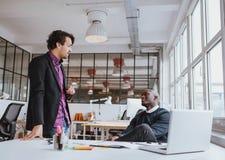开两个年轻的办公室工作者一次偶然会议 免版税图库摄影