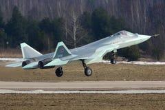 离开为试验飞行的苏霍伊T-50 058蓝色俄国人第五代喷气式歼击机在Zhukovsky - Ramenskoe机场 免版税库存照片