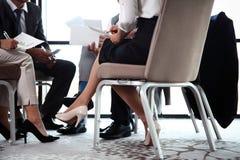 开企业的同事队会议 库存图片
