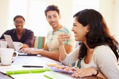 开会议和吃寿司的商人 免版税库存照片
