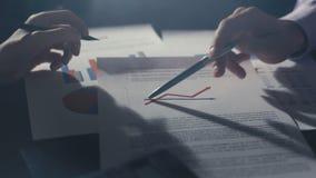 开公司起始的队看打印的数据和分析图表的进展会议 影视素材