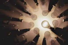 开关的平的被放置的图片电灯泡的除了一个打开了 想法或领导概念 免版税库存照片
