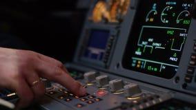 开关盘区在航空器驾驶舱的 班机的自动驾驶操纵元素 飞行员控制航空器 影视素材
