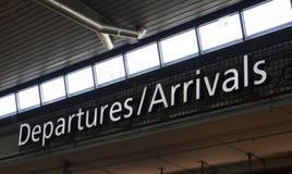 离开到来标志在斯希普霍尔机场阿姆斯特丹 免版税库存图片