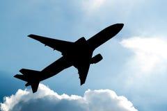 离开剪影的飞机 免版税库存照片