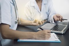 开医生的队谈论的会议计划诊断 库存照片