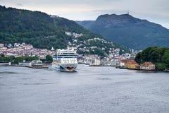 离开卑尔根,挪威的AIDAluna 免版税库存照片