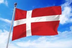 开发反对清楚的蓝天的丹麦的旗子 免版税图库摄影