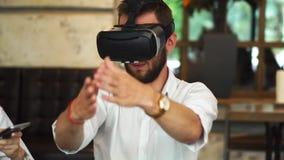 开发商队与虚拟现实玻璃一起使用在业务会议期间 年轻企业同事 股票视频