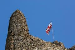 开发在被破坏的堡垒的乔治亚旗子在姆茨赫塔市 库存照片