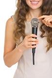 开发在话筒的妇女检查声音 免版税库存照片