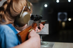 开发她的射击技能的好宜人的女孩 免版税库存照片
