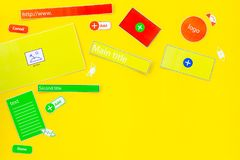 开发的互联网网站 网站设计观念 元素,块,仪器,工具为在黄色做站点 免版税库存照片