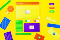 开发的互联网网站 网站设计观念 元素,块,仪器,工具为在黄色做站点 免版税图库摄影