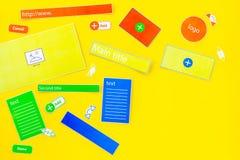 开发的互联网网站 网站设计观念 元素,块,仪器,工具为在黄色做站点 免版税库存图片
