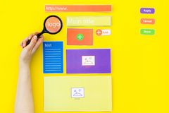 开发的互联网网站 网站设计观念 元素,块,仪器,工具为在黄色做站点 库存照片