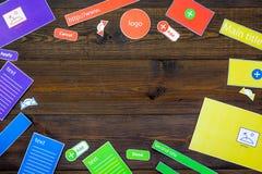 开发的互联网网站 网站设计观念 元素,块,仪器,工具为在黑暗木做站点 库存图片