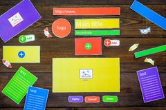 开发的互联网网站 网站设计观念 元素,块,仪器,工具为在黑暗木做站点 免版税库存照片