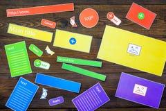 开发的互联网网站 网站设计观念 元素,块,仪器,工具为在黑暗木做站点 库存照片