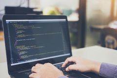 开发的编程和编码技术在书桌白色,网站设计,运作在软件的程序员开发公司  免版税库存图片