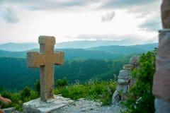 开口叉流喷泉人修道院s神圣的石水 山背景的一个堡垒,他下载影片风暴门 Gelendzhik区 俄国 免版税库存照片
