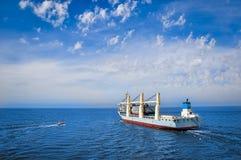 离开口岸的抬举费力的船 免版税库存照片