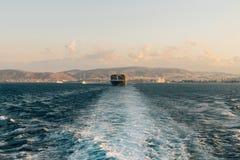 离开口岸的货船 免版税库存照片