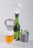开启者或瓶盖启子在背景 免版税库存照片