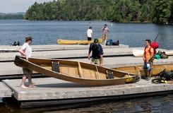 离开在旅行的独木舟桨手 免版税库存照片