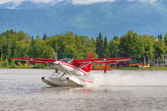 离开在湖敞篷的水上飞机 图库摄影