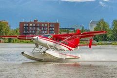 离开在湖敞篷的水上飞机 免版税库存图片