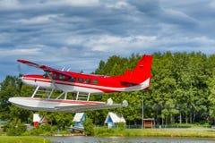 离开在湖敞篷的水上飞机 免版税库存照片