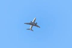 离开在蓝天背景的一架飞机 免版税库存照片