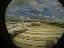 离开在跑道的喷气机窗口 免版税库存图片