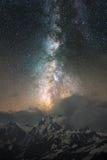 离开在登上Ushba的云彩的银河在高加索 库存图片